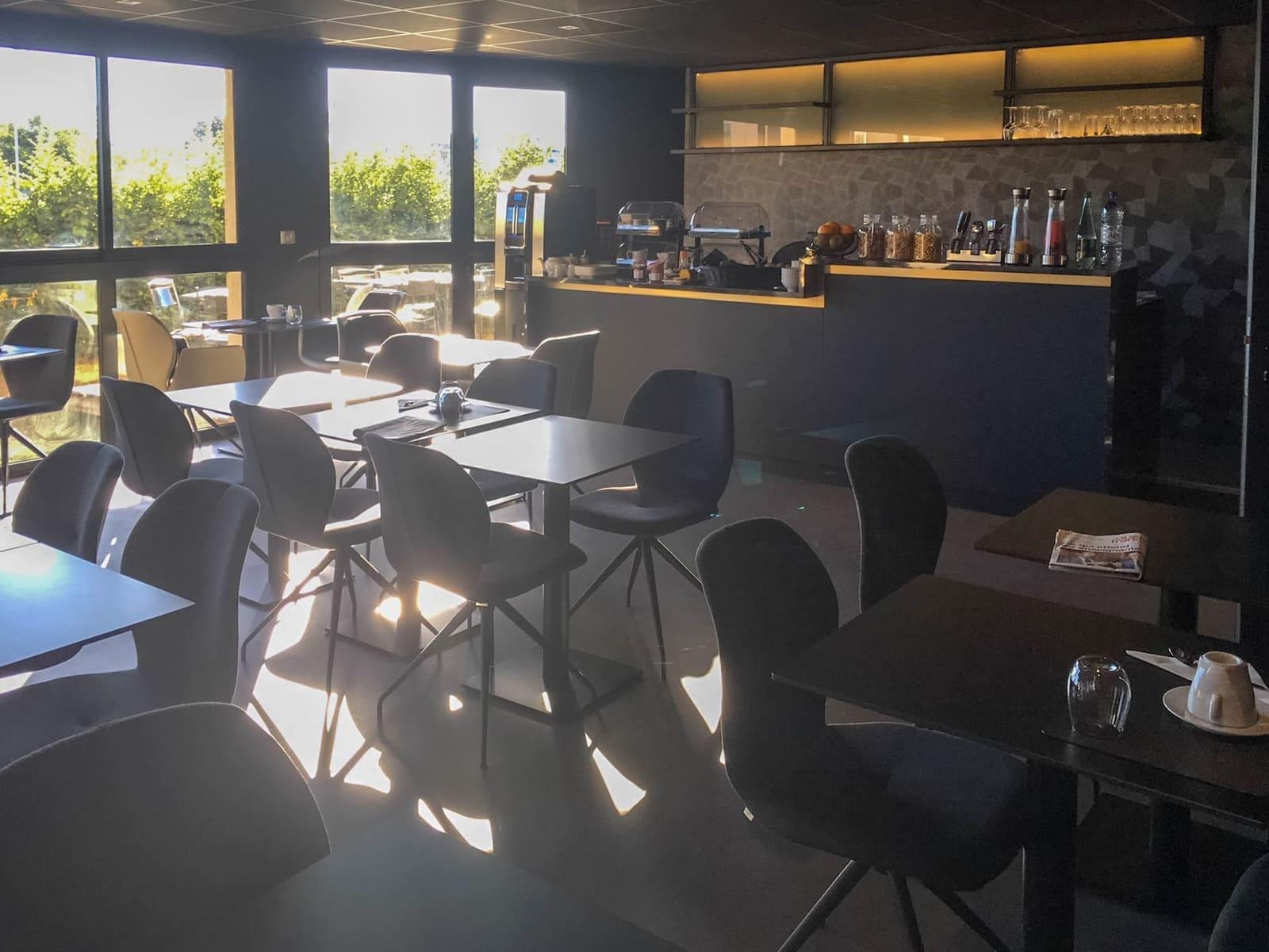 Service business - Salle petit déjeuner Hôtel 3 étoiles Rennes